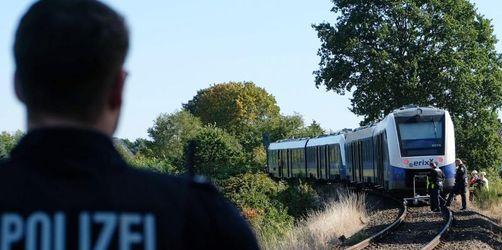 Unfall an Bahnübergang: Zug schleift Auto mit