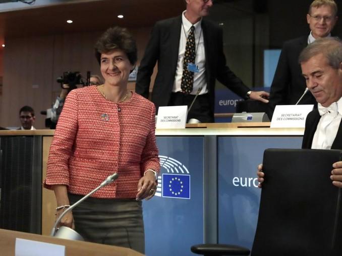 Sylvie Goulard (l.), designierte EU-Kommissarin für den Binnenmarkt, auf dem Weg zu ihrer Anhörung im Europäischen Parlament. /AP/dpa