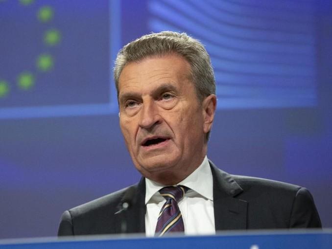 Günther Oettinger (CDU), der scheidende deutsche EU-Kommissar, spricht während einer Pressekonferenz über die Haushaltsplanungen für die Zeit 2021 bis 2027. /AP/dpa