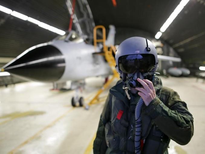 Ein Waffensystemoffizier des Taktischen Aufklärungsgeschwaders 51 «Immelmann» steht auf dem Fliegerhorst vor einem Tornado-Aufklärungsflugzeug. /dpa