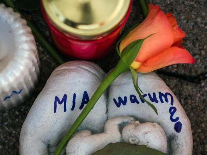 Eine Skulptur in Form zweier Handflächen mit der Aufschrift «Mia warum?» und eine Rose liegen vor dem Drogeriemarkt, in die 15-jährige Mädchen von ihrem Ex-Freund erstochen wurde. /dpa