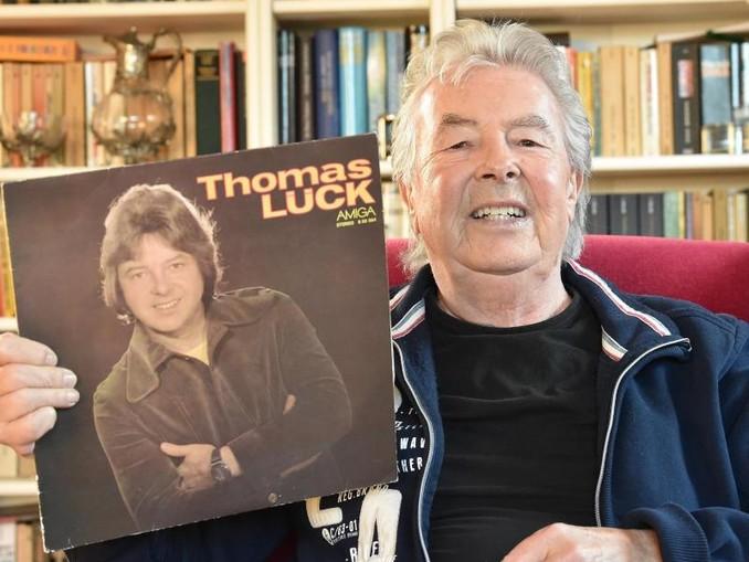 Sänger Thomas Lück zeigt seine erste bei Amiga 1978 erschienene Solo LP. Lück starb imAlter von 76 Jahren. /zb/dpa