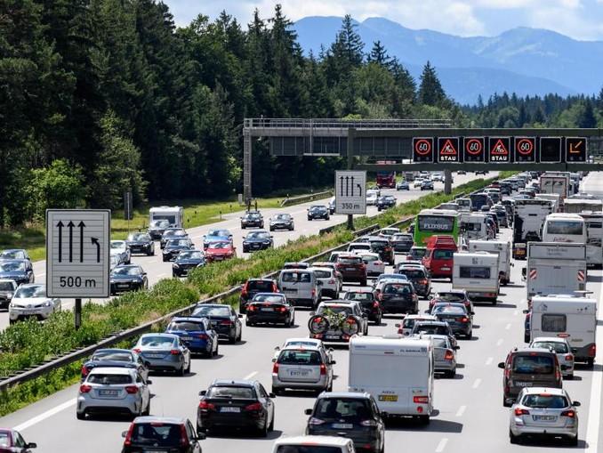 Dichter Verkehr schiebt sich während der Sommerferien über die Autobahn 8 in Fahrtrichtung Salzburg und Brenner-Autobahn. /dpa
