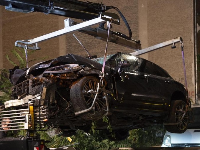 Der zerstörte SUV wird auf einen Abschleppwagen gehoben: Der Unfallfahrer soll während der Fahrt einen epileptischen Anfall erlitten haben. /dpa