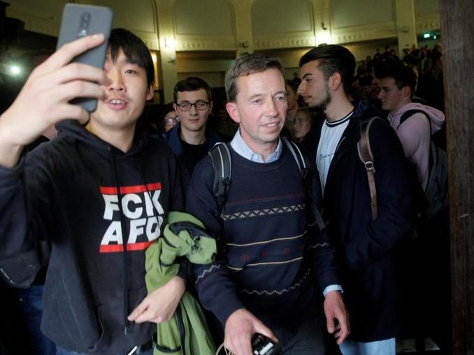 Bernd Lucke verlässt nach der verhinderten Vorlesung den Hörsaal. /dpa