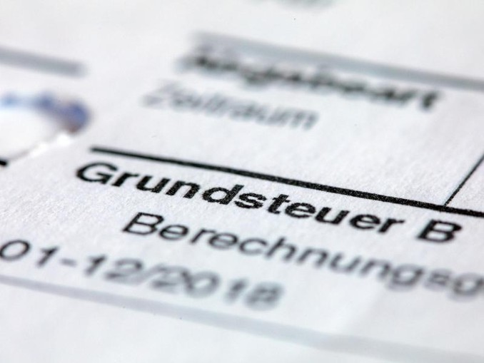 Ein Abgabenbescheid für die Entrichtung der Grundsteuer. /zb/dpa