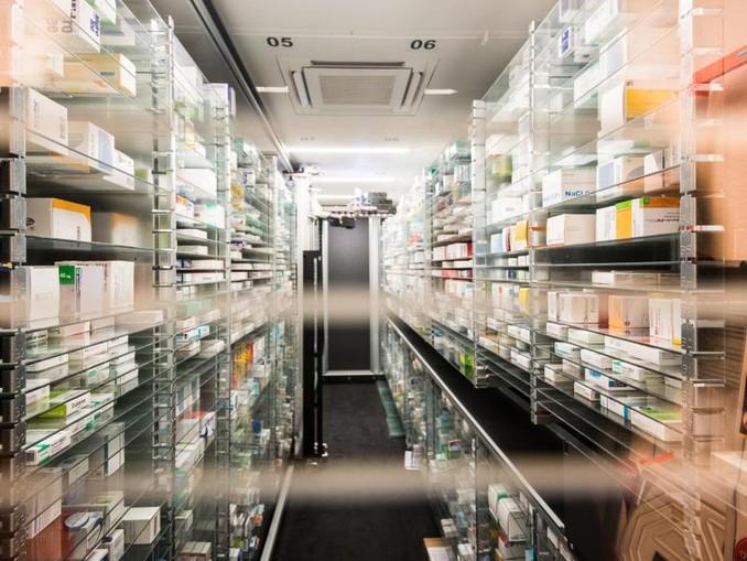 Blick in das vollautomatische Medikamenten-Lager einer Apotheke. /dpa