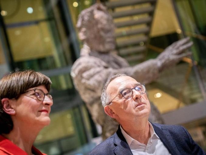 Saskia Esken und Norbert Walter-Borjans haben den Mitgliederentscheid um den SPD-Vorsitz mit 53,06 Prozent der Stimmen gewonnen. /dpa