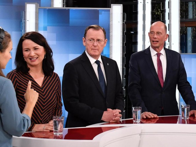 Anja Siegesmund von denGrünen, Ministerpräsident Bodo Ramelow (Die Linke) und Wolfgang Tiefensee von der SPD bei einer TV-Debatte vor der Wahl im Oktober. /zb/dpa