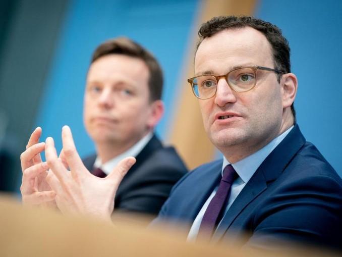 Jens Spahn (r), Bundesminister für Gesundheit, und Tobias Hans, Ministerpräsident des Saarlands, stellen die neue Fachkräfteagentur vor. /dpa