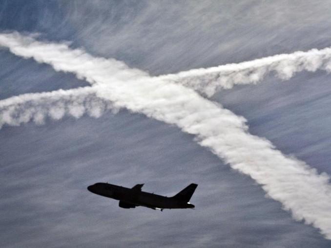 Ein Flugzeug startet vom Flughafen Frankfurt am Main. Im Hintergrund kreuzen sich zwei Kondensstreifen. /dpa