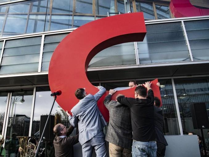 Mitarbeiter nehmen das C vor der Parteizentrale entgegen. /dpa