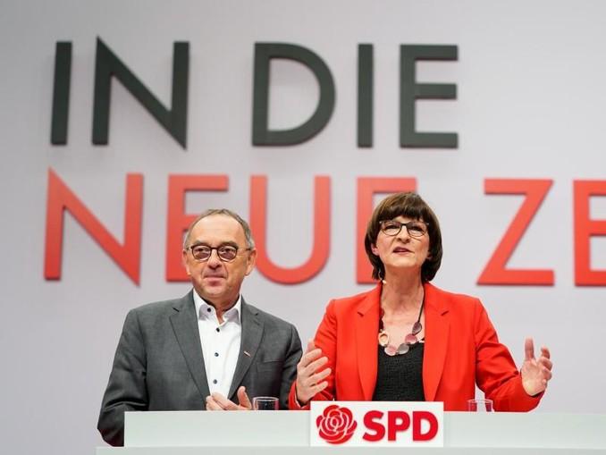 «In die neue Zeit»: Die neue Parteispitze der SPD auf demParteitag in Berlin. /dpa