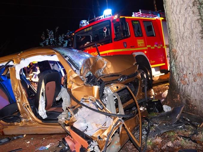 Das zerstörte Fahrzeug am Unfallort. /dpa