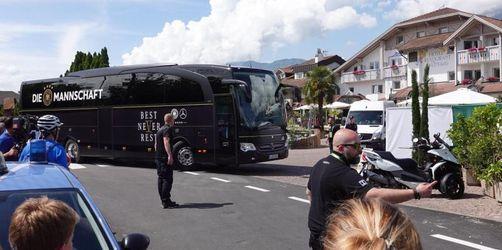 DFB-Team in Eppan empfangen - Touristen sehen nur den Bus