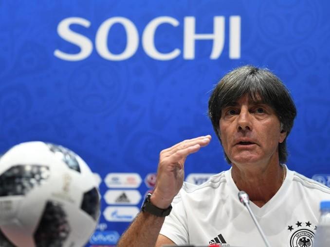 Bundestrainer Joachim Löw will seiner Linie auch im Spiel gegen Schweden treu bleiben.