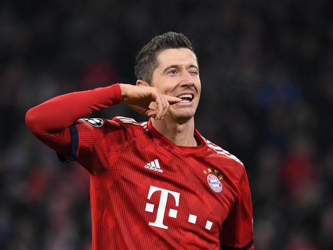Robert Lewandowski, Stürmer von FC Bayern München, grimassiert auf dem Spielfeld nach einem Torschuss. /Archiv
