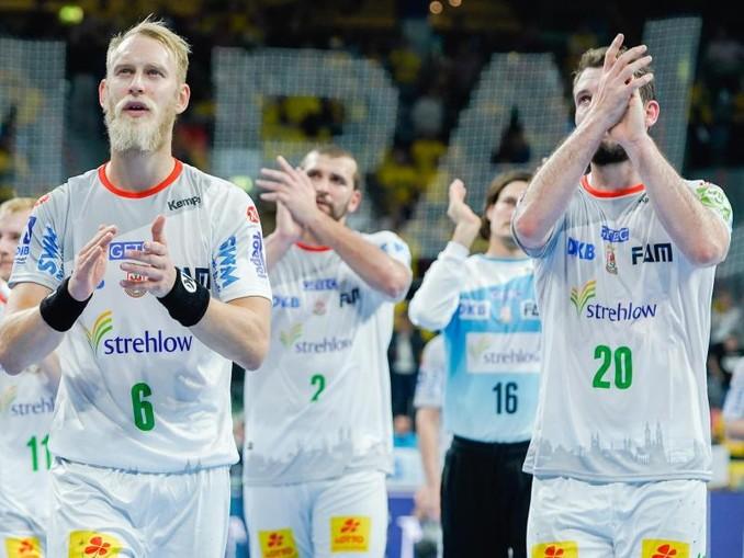 Die Magdeburger Spieler verlassen nach der Niederlage gegen die Rhein-Neckar Löwen das Spielfeld.
