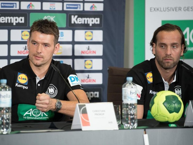 Handball-Bundestrainer Christian Prokop (l) und DHB-Torhüter Silvio Heinevetter erwarten starke Brasilianer.