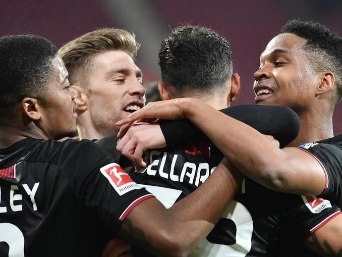 Leverkusens Mannschaft jubelt nach dem Tor zum 4:1 durch Karim Bellarabi (2.v.r.).