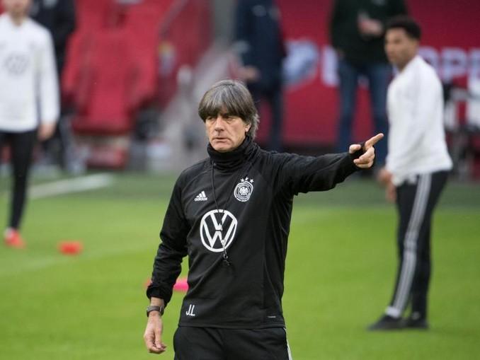 Bundestrainer Joachim Löw tritt mit dem DFB-Team in den Niederlanden an.