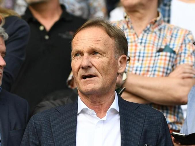 Geschäftsführer Hans-Joachim Watzke von Dortmund steht auf einer Tribüne. /Archivbild