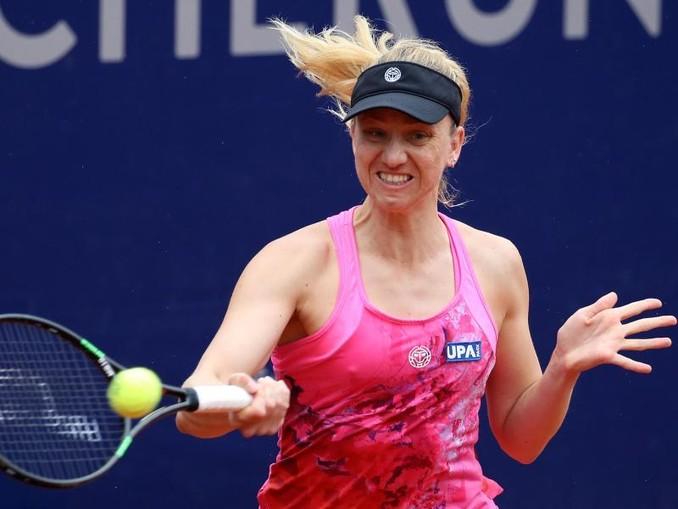Mona Barthel, Tennisspielerin aus Deutschland, spielt den Ball.