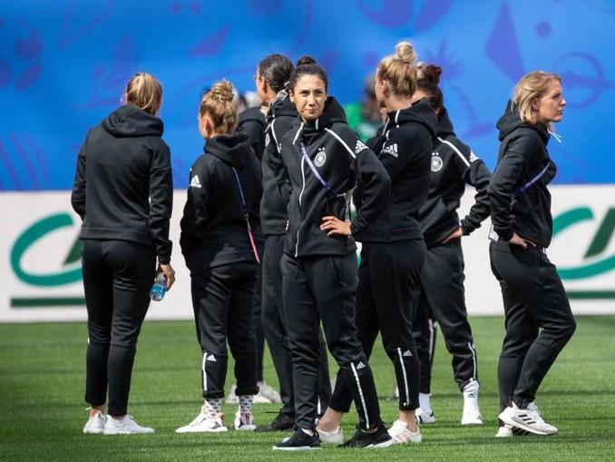 Die Spielerinnen der deutschen Nationalmannschaft besichtigen vor dem Spiel gegen Spanien den Platz.