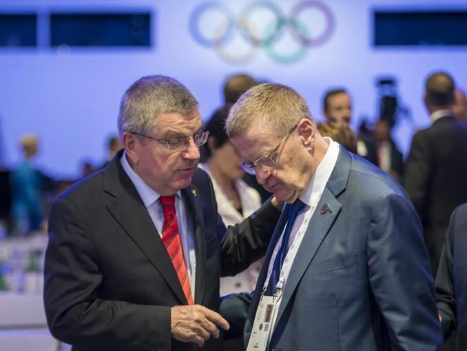 IOC-Präsident Thomas Bach (l) spricht mit John Coates, IOC-Mitglied aus Australien. /KEYSTONE