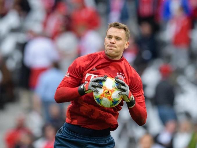Der Fußballspieler Benjamin Pavard steht auf dem Platz der Allianz Arena.