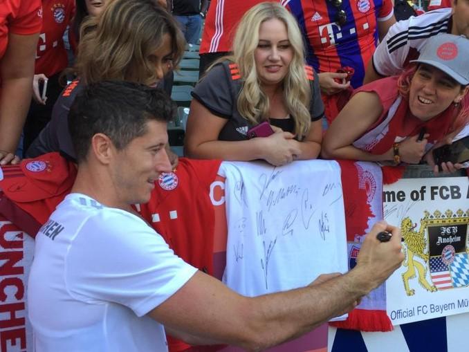 Robert Lewandowski gibt nach dem Training des FC Bayern im Stadion von LA Galaxy Autogramme. Foto:Klaus Bergmann