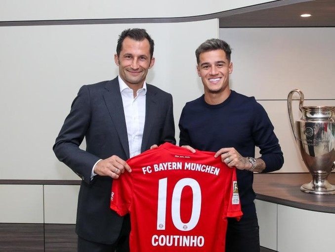 Philippe Coutinho (r) präsentiert mit Bayern-Sportdirektor Hasan Salihamidzic sein neues Trikot. /FC Bayern München AG