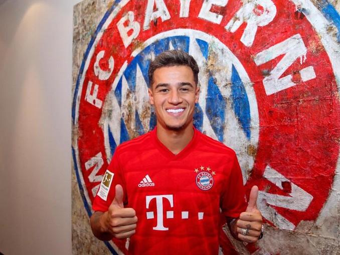 Philippe Coutinho hebt im Trikot des FC Bayern München die Daumen. /FC Bayern München AG