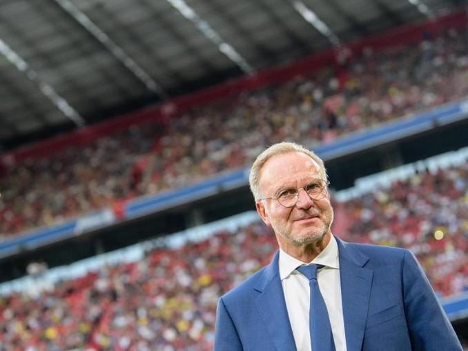 Karl-Heinz Rummenigge, Vorstandschef vom FC Bayern, steht vor Spielbeginn am Spielfeldrand. /Archiv