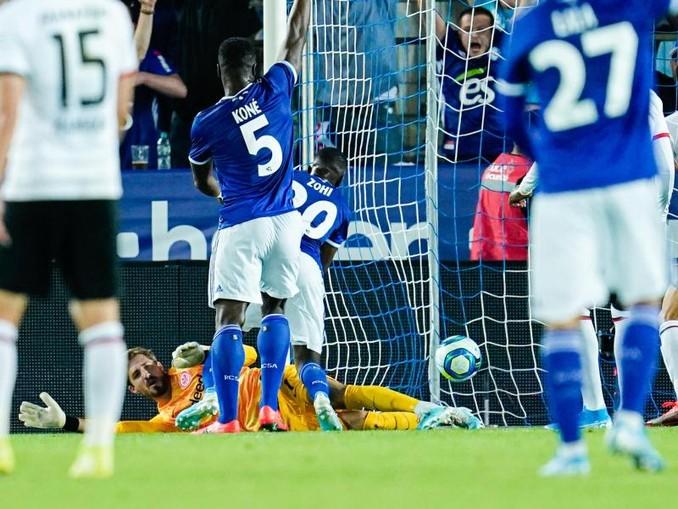 Straßburgs Lucien Zohi (r) erzielte den entscheidenden Treffer - Eintracht-Keeper Kevin Trapp war machtlos.