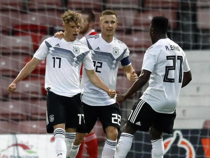 Torschütze Robin Hack (l) freut sich mit zwei Teamkollegen über das 2:0 gegen Wales. /PA Wire