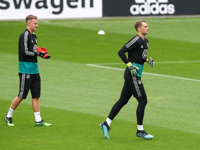 Marc-André ter Stegen (l) muss sich noch hinter Manuel Neuer anstellen.