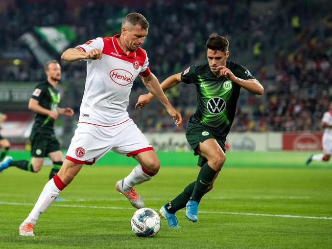 Düsseldorfs Oliver Fink (l) und Wolfsburgs Josip Brekalo kämpfen um den Ball.