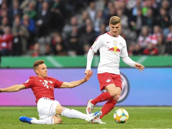 Joshua Kimmich von Bayern und Timo Werner (r.) von Leipzig im Kampf um den Ball. /Archivbild