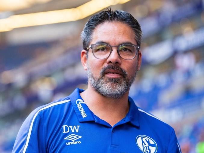 Trainer David Wagner dämpft auf Schalke die Erwartungen.