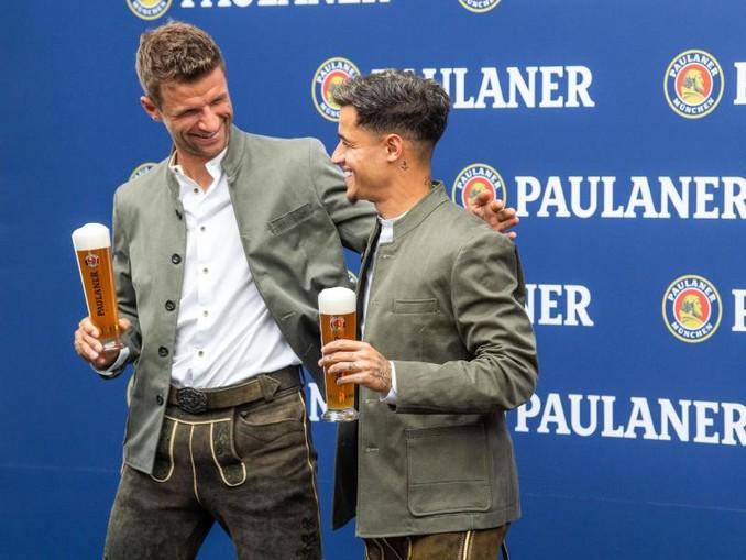 Philippe Coutinho (r) ist beim FC Bayern München angekommen.