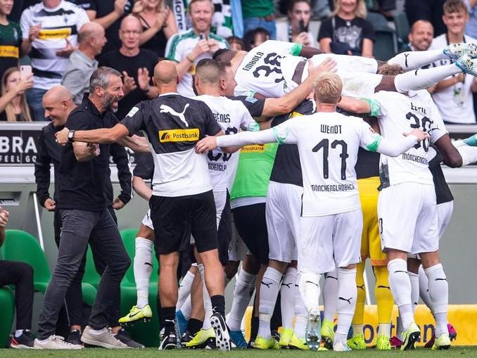 Marco Rose (2.v.l.) und seine Gladbacher bejubeln den Sieg gegen Düsseldorf.