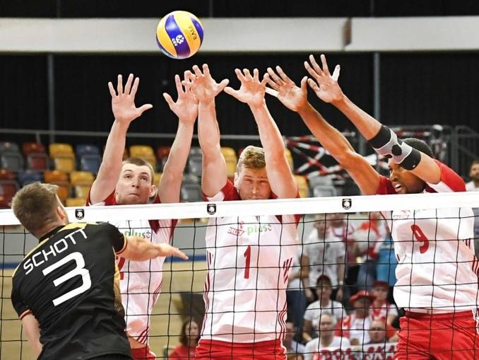 Die polnischen Spieler bilden einen Block gegen einen Schmetterball von Ruben Schott (l). /ANP
