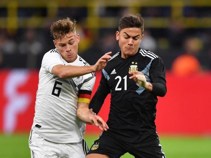 Joshua Kimmich aus Deutschland kämpft mit Paulo Dybala (r) aus Argentinien um den Ball. /dpa