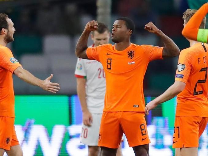 Der Niederländer Giliano Wijnaldum (M) feiert ein Tor gegen Weißrussland. /AP/dpa