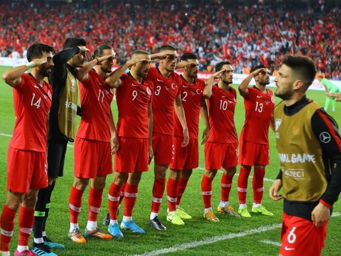 Nach dem Sieg in der EM-Qualifikation über Albanien salutieren einige türkische Spieler vor den Fans. /Depo Photos via ZUMA Wire/dpa