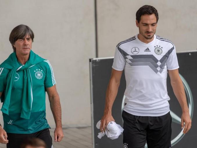 Bald wieder vereint im DFB-Team: Bundestrainer Joachim Löw (l) und Mats Hummels. /dpa