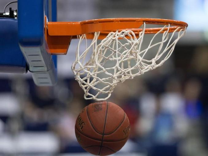 Ein Basketball geht in den Korb. /dpa/Symbolbild