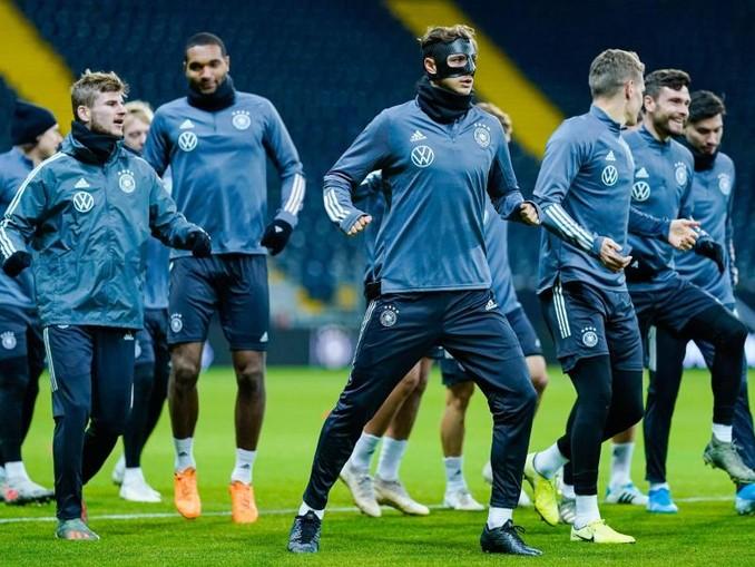 Das DFB-Team beim Abschlusstraining in Frankfurt/Main. /dpa