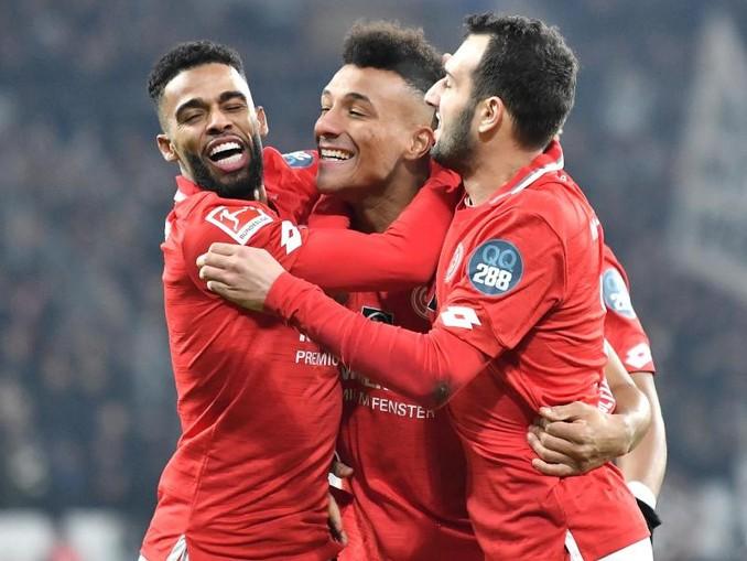 Die Spieler von Mainz jubeln über die 1:0-Führung gegen Eintracht Frankfurt. /dpa